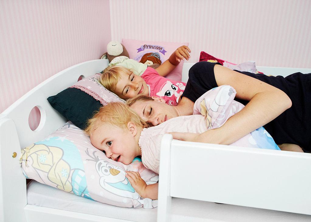 Familie-schlafen-fastenkalender-chrismon.jpg